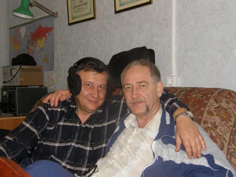 Перед тестом есть пара минут для дружеского общения. Анатолий R6AW и Виктор RU6AX
