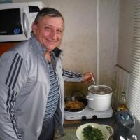 Обед по расписанию. На контест-кухне Анатолий R6AW